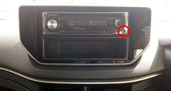 車側カーオーディオパネル設置のAUX IN端子の図