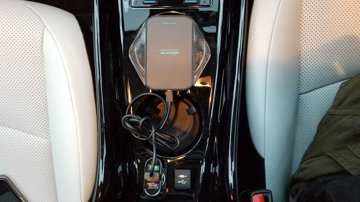 シガーソケットにワイヤレス充電パッド接続