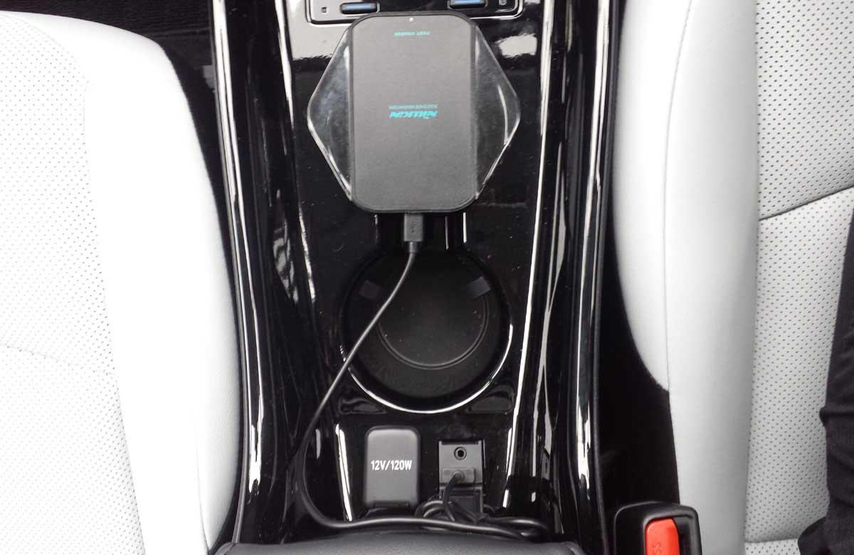 プリウス純正音楽用USB端子にワイヤレス充電パッド接続